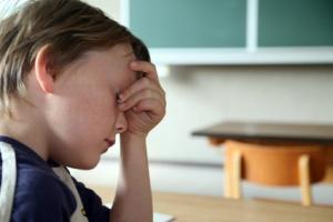 niño agobiado por el colegio